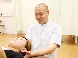 横須賀悠整骨院 むちうち治療の様子